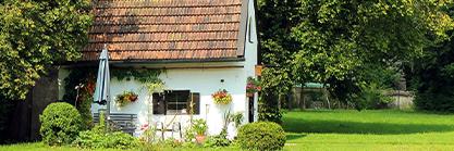 Dachschindeln am Gartenhaus austauschen und mehr – so wird Ihr Gartenhaus frühlingsfit