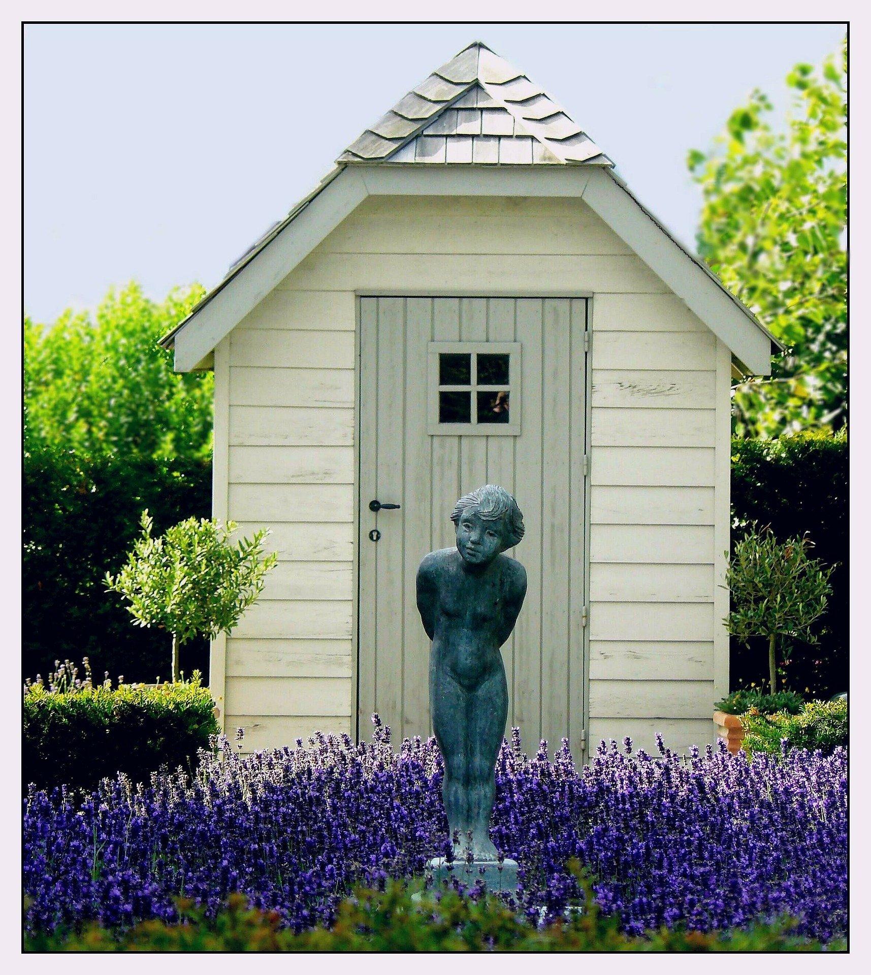 Gartenhaus mit Figur